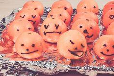 Happy Halloween !!! Mandarinen o. Clementinen getarnt als Kürbisse . Perfekt für eine Halloween Party  #mandarinen #clementinen #party #partyfood #halloween #halloweenparty #lilleluett #kürbis #zuckerschrift #malen #kreativ