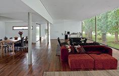 O arquiteto Marco Peres projetou a casa com amplo living e apenas uma suite. Mas, caso a família cresça, há espaço para mais dois quartos na sala. Os pilares de aço cilíndrico de 25 cm permitiram criar os vãos livres de 7,30 x 5,50 m