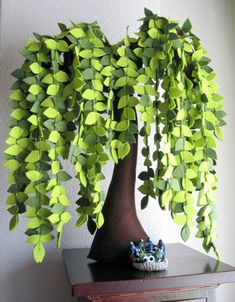 Cool felt tree. It would be fun to make one for  fall with great fall colored leaves as a table display too.