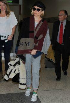 11/22 #シエナ・ミラー #ブランケットポンチョ #ボーダートップス #スウェットパンツの画像 | 海外セレブ最新画像・私服ファッション・着用ブランドチェック Daily…