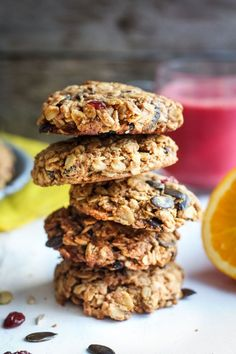 Healthy Breakfast Cookies made with oats, tahini, pumpkin seeds, spices and dried fruit. Fast andeasy, these delicious cookies are vegan! Best Vegan Breakfast, Breakfast On The Go, Sweet Breakfast, Breakfast Bars, Whole Food Recipes, Snack Recipes, Dessert Recipes, Vegan Recipes, Brunch Recipes