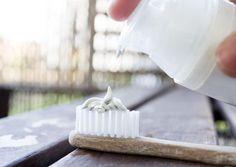 DENTIFRICE..home made .. INGRÉDIENTS :   - 2 càS argile blanche surfine (évite la texture terreuse de l'argile verte) - 5 gouttes (minimum) d'huile essentielle de menthe poivrée (sensation de fraicheur) - eau  - 1/2 càc bicarbonate (optionnel) - Récipient