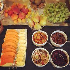 Buongiorno 🍐🍊🍇 #gooodmorning #buongiorno #gutenmorgen #breakfast #breakfasttime #frühstück #fruit #fruitbreakfast #obst #healtyfood #healtybreakfast #hotel #beautifulhotels #charminghotel #hotelbreakfast #holiday #holydaytime #slowtourism #daslebenistschön #lagomaggiorelovers #lagomaggiore #cannobio #bestholidayever