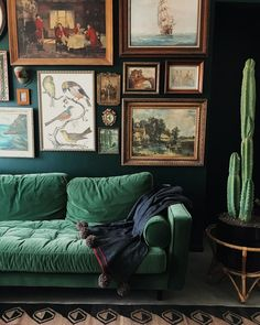 Living Room Inspiration: Home Filled with Vintage Decor in New Orleans – Living Room Ideas Living Room Inspiration: Home Filled with Vintage Decor in New Orleans Vintage Living Room Design Ideas That Incorporate The Color Of The Year Green Velvet Sofa, Green Sofa, Green Couch Decor, Green Home Decor, Emerald Green Couch, Yellow Couch, Green Decoration, Red Velvet, Decor Room