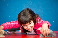 Czy twoje dziecko też wspina się na meble? Zobacz zabawny film