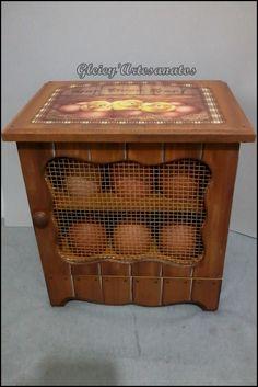 Porta Ovos feito com efeito de falso ripado. Egg Storage, Egg Holder, Vintage Scrapbook, Stencil Painting, Chalk Paint, Stencils, Decorative Boxes, Eggs, Wood