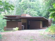 , Okemos, Michigan / 1940 / Usonian / Frank Lloyd Wright -- The house is an example of Wright's later Usonian architectural style, and is considered to be one of the most elegant. Residential Architecture, Amazing Architecture, Modern Architecture, Frank Lloyd Wright Buildings, Frank Lloyd Wright Homes, Usonian House, Mid Century House, Mid Century Modern Design, William Morris