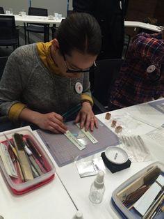 Alumna trabajando con Técnica Metal Clay #ClasesdeJoyería #PlataPura #ArtClay