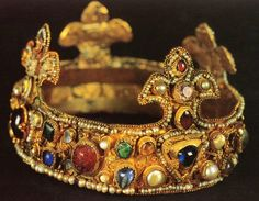 Ottonian crown on display at Essen's cathedral treasury, ca. Long believed to be the infant crown of king of Romans Otto III Royal Crowns, Royal Tiaras, Crown Royal, Tiaras And Crowns, The Crown, Medieval Jewelry, Ancient Jewelry, Antique Jewelry, Golden Crown