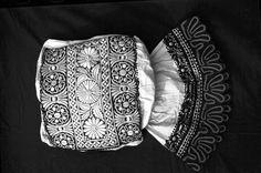 Ženské rukávce sviatočné: plochá výšivka čiernym hodvábom, výšivka krémovým hodvábom cez lepenku, vlnená paličková čipka /cca r.1920/