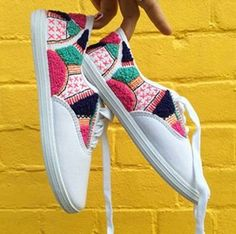 20 Trendy embroidery shoes hand - Things to wear - Zapatos Hand Embroidery, Embroidery Designs, Diy Sac, Diy Accessoires, Diy Vetement, Textiles, Painted Shoes, Refashion, Diy Clothes