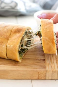 Stuffed spinach bread is ridiculous! Italian sausage, spinach, and all the mozz make one incredible stuffed bread you can nosh at parties, or for dinner. Spinach Appetizers, Pizza Appetizers, Appetizer Recipes, Appetizers Superbowl, Tapas Recipes, Spinach Bread, Spinach And Cheese, Frozen Spinach Recipes, Spinach Roll Ups