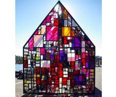 Tom Fruin has designed an outdoor sculpture called 'Kolonihavehus 'using recycled plexiglass.
