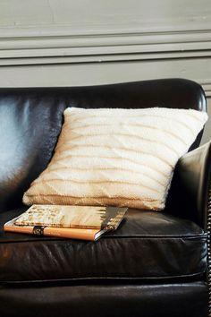 Neulo kauniisti pintakuvioitu koristetyyny villan ja alpakan yhdistelmälangasta. Bed Pillows, Pillow Cases, Villa, Pillows, Fork, Villas