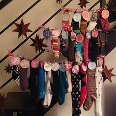 Calendrier de l'avent : étiquettes tenues par petites pinces à linge Noel Christmas, Christmas Countdown, Christmas Crafts, Merry Xmas, Advent Calendar, Crafts For Kids, Pattern, Fun, Ramadan