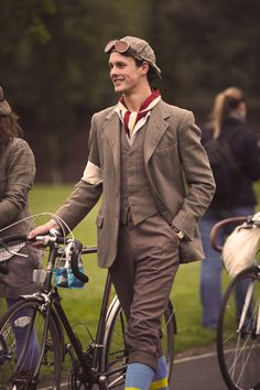 Great article about the Tweed Run (by Selectionneurs, Dutch) http://www.selectionneurs.com/2012/05/14/tweed-run-beyond-fashionable-cycling/