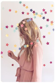 DIY star garland - This would also be super cute on the Christmas tree, with different colors obviously. Star Garland, Bunting Garland, Buntings, Star Banner, Paper Bunting, Diy Banner, Diy Backdrop, Backdrop Decorations, Paper Decorations