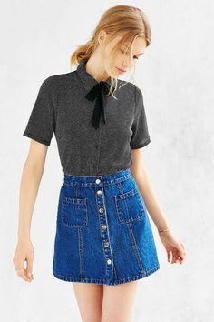 Amada nos anos 70, atualizada nos anos 90 e agora fazendo um retorno meteórico nos anos '10, a saia jeans de botões é praticamente uma rockstar da moda. Pode ser que seja apenas mais uma dessas tendências que a cada 25 anos volta a dar as caras (e a gente não consegue lembrar porque parou …