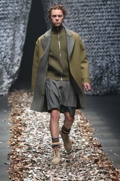 See the complete Discovered Tokyo Fall 2017 collection. Tokyo Fashion, Runway Fashion, Fashion Show, Mens Fashion, Winter 2017, Fall Winter, Origami Fashion, Festival Fashion, Fashion Prints