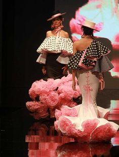 El diseñador cordobés ha presentado su colección «La Vie en Rose», dominada por una estética ultra femenina y sensual, con siluetas entalladas y grandes volúmenes en hombros y volantes. (Foto: Rocío Ruz) Flamenco Costume, Flamenco Dancers, Flamenco Dresses, Fashion Art, Fashion Models, Fashion Show, Fiesta Outfit, Flamingo Dress, Spanish Woman