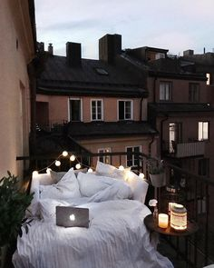 20 Amazing Fall Decoration for Apartment Balcony - Bedroom inspirations - Dekoration Home Design, Interior Design, Design Design, Balkon Design, Apartment Balconies, Apartment Walls, Dream Apartment, Dream Rooms, My New Room