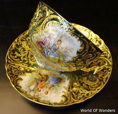本日は、<ご注文品>ドイツ製 ドレスデン オールハンドペイント カップ&ソーサー(金彩グリーン)のご紹介です。。。 こちらはお客様からのご注文品です。。。豪華な金彩、金盛でグリーンともブルーとも取れるようなぼかしの美しいカラーで とても美しいセットです。。。 ...