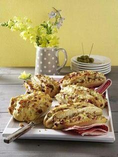 Gefüllte Ofen-Baguettes Rezept: Stück,classic,Pizzakäse,Pfeffer,Scheiben,Stein,Zwiebel,Scheiben,Scheiben,Curry,Fertigbacken,Backpapier