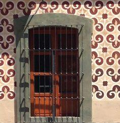 """luisarizamx: """"""""Estás aquí dormida y sin embargo me siento acompañado como nunca.M.Benedetti"""".  Centro Histórico de CholulaPuebla;México .  #ventanasmex #ventanas_mex  #windowsaroundtheworld #mexigers_deldia  #sanpedrocholula #mexigers #igersguadalajara #cdmx #df #mx #mexicodf #hallazgosemanal #primerolacomunidad #communityfirst #BeginnersMx #TalentosMex #mexinstantes #instagrames #instagram #icu_mexico #icu_global #mexicoalternativo #LenteLocal #mexico_maravilloso #mexico_great_shots…"""