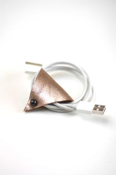 DIY Triangle Earbud Holder or cord holder Cord Holder, Earbud Holder Diy, Diy Headphones, Do It Yourself Inspiration, Diy Accessoires, Ideias Diy, Leather Projects, Diy Projects To Try, Leather Craft