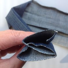 How to make a sturdy shoulder strap for a bag, You are in the right place about DIY Bag crossbody He Sewing Hacks, Sewing Tutorials, Sewing Crafts, Sewing Projects, Sewing Tips, Diy Projects, Recycle Jeans, Upcycle, Denim Crafts