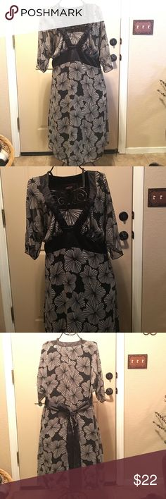 SALE TORRID PLUS SIZE 2X gorgeous dress This dress is so so pretty. It's still in great condition. I'm always open to reasonable offers when you bundle 2 or more items!! torrid Dresses Maxi