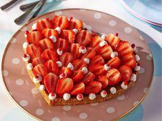 Avec les lectrices reporter de Femme Actuelle, découvrez les recettes de cuisine des internautes : Tarte aux fraises sans cuisson en forme de coeur