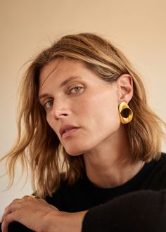 Top model Malgosia Bela is styled by Miriam Mira in Mango's new AW 2019 Ad Campaign. Photographer Elisa Carnicer captures Malgosia's wardrobe of modern, relaxed essentials. Jewelry Editorial, Editorial Fashion, Beauty Editorial, Lund, Jewelry Photography, Fashion Photography, Portrait Photography, Asymmetrical Design, Jewelry Model