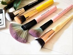Makeup brushes for contouring