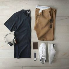55 Mens Chinos Outfit for Cool Casual Style Winter T Shirts, Style Masculin, Herren Style, Mens Fashion Blog, Men's Fashion, Fashion Menswear, Slow Fashion, Herren Outfit, Outfit Grid