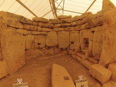https://flic.kr/p/fjjtAb   Hagar Qim & Mnajdra Hagar Qim Neolithic Temple y Mnajdra Neolithic Temples (Malta)   Hagar Qim (en maltés Ħaġar Qim) es un templo megalítico de Malta que data del período Ġgantija (entre 3600 y 3200 a. C.).1 Se encuentra en la cima de una colina en el sur de la isla de Malta y a 2 km al suroeste del poblado de Qrendi. A 500 m se encuentra el sitio de Mnajdra. La zona aledaña ha sido declarada Parque Patrimonial. En 1992, la Unesco declaró Hagar Qim Patrimonio de…