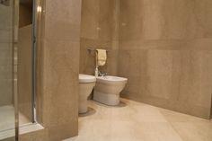Mármore Botticino piso e revestimento banheiro  A Alonso Mármores produz peças em pedras naturais ou industrializadas sob medida de acordo com seu projeto.  Orçamento online: http://www.alonsomarmores.com.br/  #Marmore #MarmoreBotticino #MarmoreBege #MarmoreBotticino #BanheiroMarmore #BanheiroMarmoreBege #BanheiroMarmoreBotticino #PiaMarmore #PiaMarmoreBege #PiaMarmoreBotticino