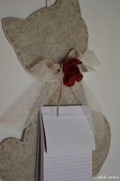Gli oggetti utili Gli Antichi Mestieri  Gatto porta block notes, in feltro vera lana. Decorazioni in panno rosso!  Christmas is coming! #oggettiutiligliantichimestieri #mylovelyhobby
