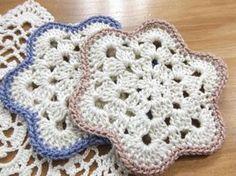暑い季節に冷たい飲み物を入れたグラスはコースターを使わないと、テーブルが水滴だらけになって、グラスを持ち上げるとお洋服にもポタポタ。嫌ですよね!この季節はデザインより実用的なコースターが必要です。吸水性のある麻糸や綿糸で手編みコースターを作りましょう♪
