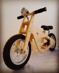 Official foto of the balanced bike by Martin's Designs.- Official foto of the balanced bike by Martin's Designs. Official foto of the balanced bike by Martin's Designs. Wooden Scooter, Wooden Bicycle, Wood Bike, Dremel Tool Projects, Woodworking Projects That Sell, Wood Projects, Play Wood, Push Bikes, Balance Bike