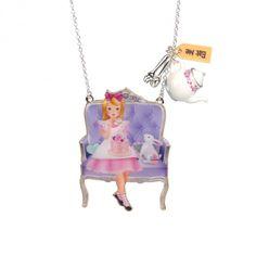 Collier Alice et le lapin blanc sur leur fauteuil à l'heure du thé, bijoux fantaisie, Paris