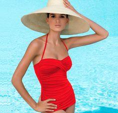 Un estilo de sombrero-pamela conjuntado con un bañador retro