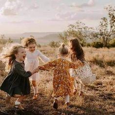 يتشاجرون يوميا و يأتون اليوم الآخر و قد نسوا زلات و أخطاء بعضهم .. لأنهم لا يستطيعون العيش دون بعضهم هذه هي الصداقة
