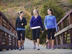 Ponte ropa y calzado cómodo y sal a caminar. Aunque no lo creas, con una buena dieta, ¡te ayudará a perder peso!