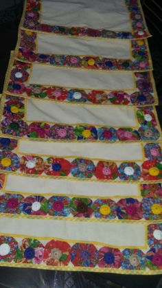 Jogo americano de fuxico. Yellow Kurti, Yo Yo Quilt, Sewing Projects, Projects To Try, Bed Runner, Table Runners, Sewing Patterns, Quilts, Stitch