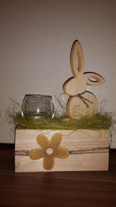 Wunderschöne Osterdeko!  Holz-Hase, Kanten in gelb, mit Teelichthalter/Windlicht aus Glas im Gras auf Holzstamm, abgerundet mit schöner gelber Blume.   Verkauf incl. Teelicht.  Höhe ca. 25...
