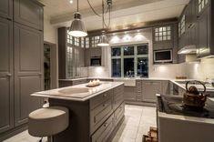 Peruskorjatussa talossa on trendikäs harmaa keittiö. Decor, Kitchen Island, Interior, Home, Kitchen
