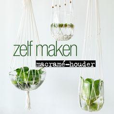 Wij zijn fan van die prachtige macramé-houders. Je kunt ze heel makkelijk zelf maken. Hoe? We leggen het je graag uit! Plant Hanger, Diys, Glass, Workshop, Garden, Interior, Party, Wedding, Valentines Day Weddings