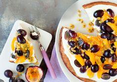 Ilman valkoista sokeria ja vehnää leivottu ihmekakku saa makunsa kuivatuista ja tuoreista hedelmistä.