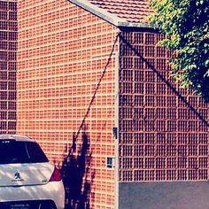 Como cuando contratas un albañil que no sabe pegar los ladrillos huecos Como cuando contratas un albañil que no sabe pegar los ladrillos huecos (pero te deja la casa fresquita para el verano).  (づ。◕‿‿◕。)づ https://profesoryeow.com/bla-bla-bla/como-cuando-contratas-un-albanil-que-no-sabe-pegar-los-ladrillos-huecos/ #Albañil, #LadrillosHuecos, #NewbieNoob